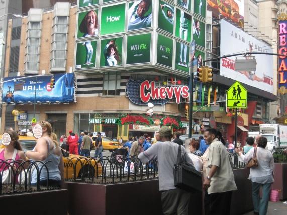 Mainoksia New Yorkin Times Squarella. (Sivuhuomio: Miksi Adam Sandler osaa tehdä spagaatin, minä en? Epäreilua!)