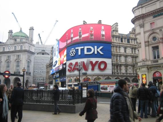 Piccadilly Circus. Mainoksia Lontoon Times Squarella.