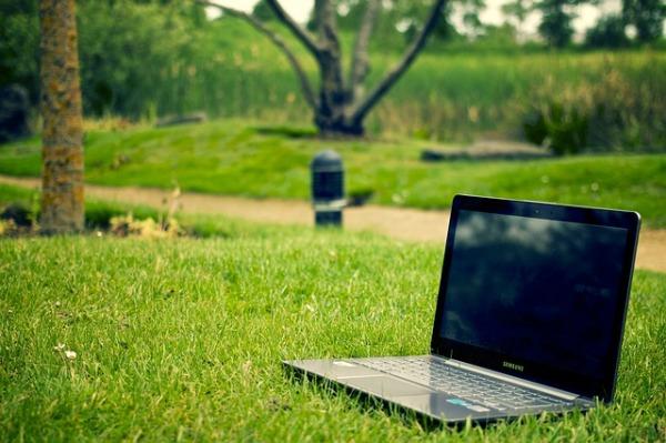 tietokone puistossa