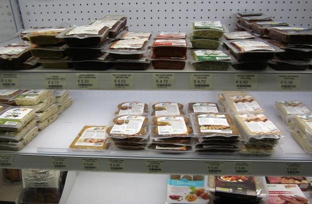 Hinnat kohdillaan: vegaanille sopivat tofut ja makkarat maksavat lähemmäs tai yli 5 € per mitättömän pieni paketti.