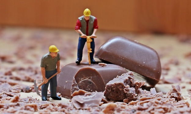 suklaata-hakkaamassa