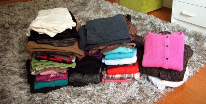 vaatteita-pinoissa-2