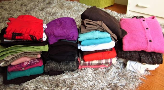 vaatteita-pinoissa