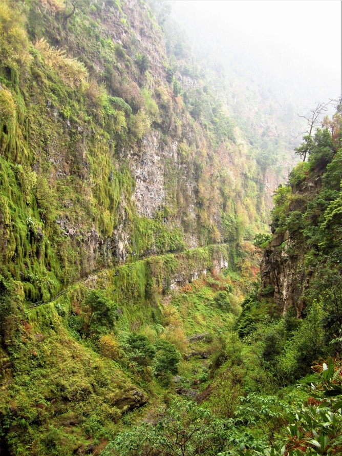 Levadareitti kulkee kalliojyrkänteellä kuvan keskipaikkeilla.