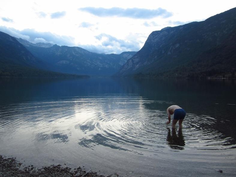 Mehukas pepukas -mieheni Bohinj-järvellä.