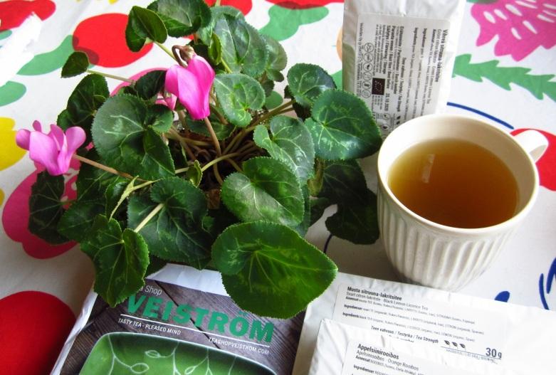 Kupissa vihreää teetä sitruunalla ja lakritsilla maustettuna, ah!
